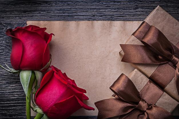Vintage blanco papier rode natuurlijke geurende rozen geschenkdozen