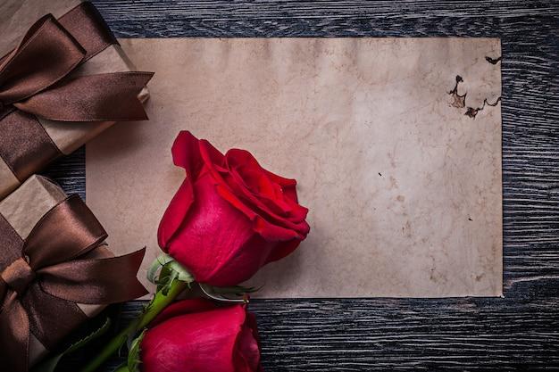 Vintage blanco papier rode natuurlijke rozen geschenkdozen