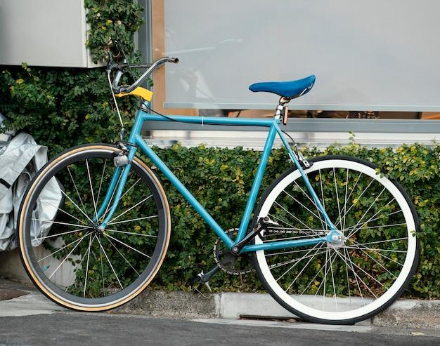 Vintage blauwe fiets buitenshuis