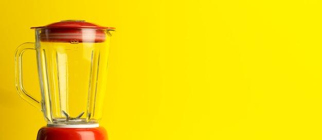 Vintage blender voor cocktails en zelfgemaakt eten. rode mixer op een gele achtergrond. minimaal kunstconcept, exemplaarruimte