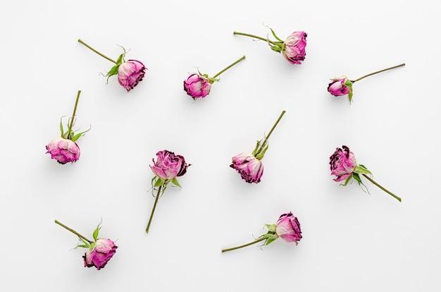 Vintage bloemen gemaakt van gedroogde rozen op wit. plat liggen