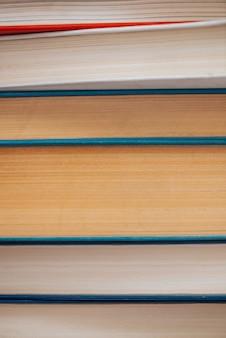 Vintage boekenclose-up. stapel gebruikte oude literatuur in schoolbibliotheek. achtergrond van oude chaotische lectuur. stoffige verschoten boeken horizontaal met copyspace. oude boekhandel.