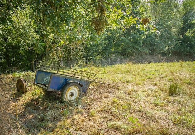 Vintage boerenwagen alleen in het veld