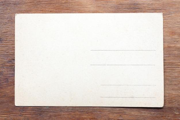 Vintage briefkaart op de verweerde houten tafel