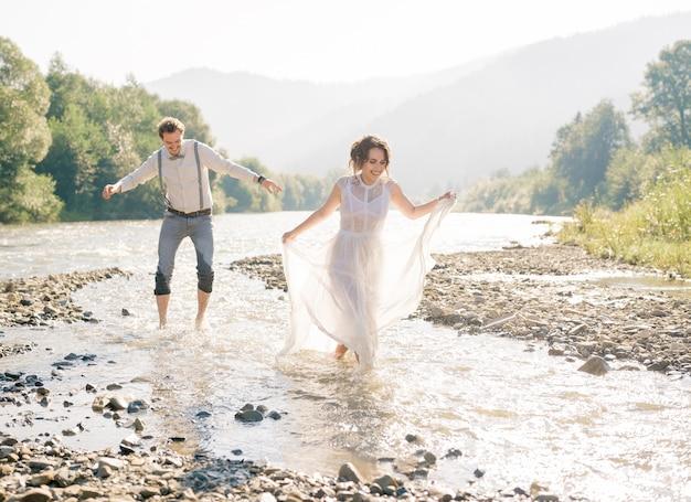 Vintage bruidspaar, luxe ceremonie op bergen met geweldig