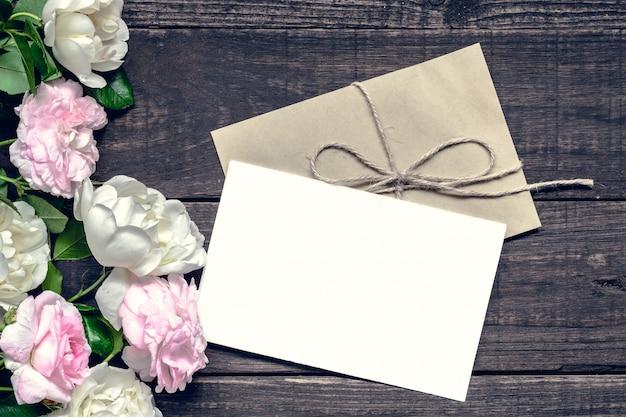 Vintage bruiloft wenskaart met roze en witte rozen