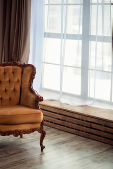 Vintage bruine bank in minimalistische stijl kamer interieur. panoramische ramen