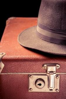 Vintage bruine koffer met vintage hoed