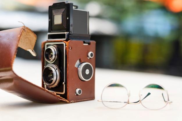 Vintage camera en bril op de tafel