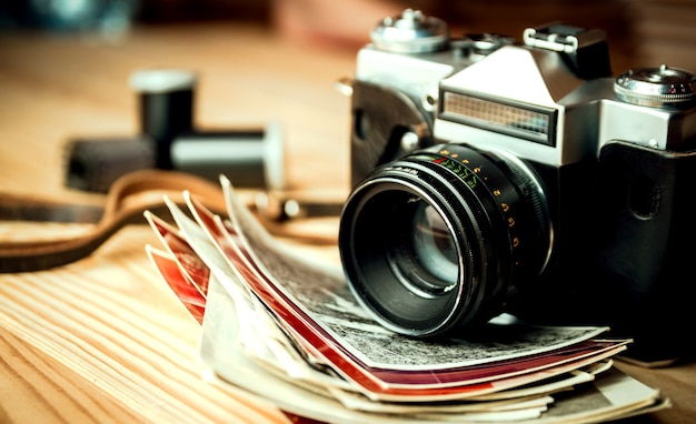Vintage camera op een houten tafel
