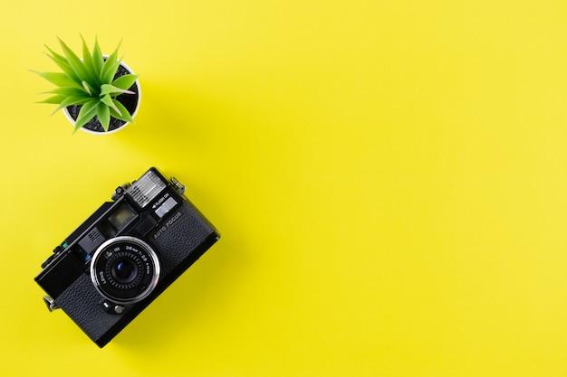 Vintage camera op gele achtergrond met kopie ruimte. wereld fotografie dag concept.