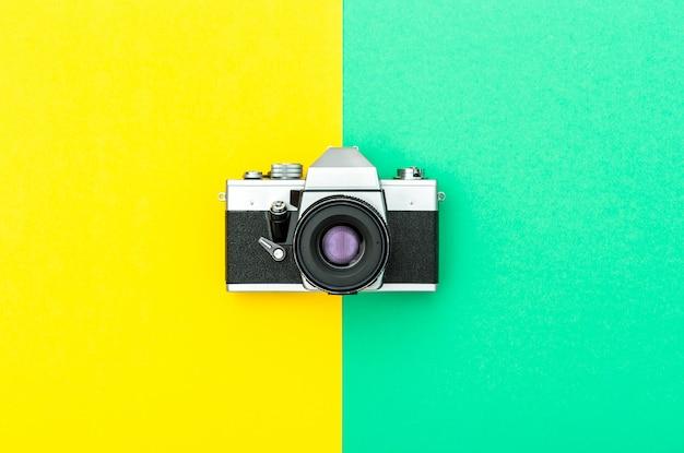 Vintage camera op kleurrijke tafel
