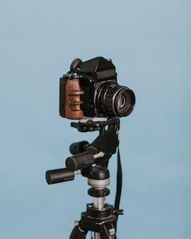Vintage camera tegen blauwe achtergrond