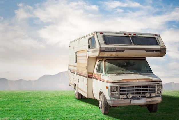 Vintage caravan in openlucht