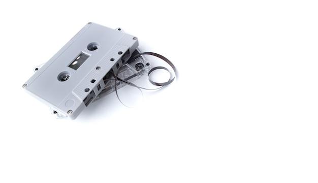 Vintage cassettebandje geïsoleerd op witte ruimte