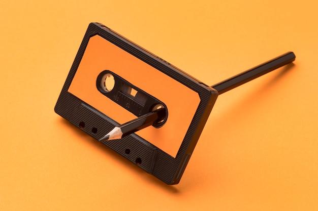 Vintage cassettebandje met potlood voor magnetische opnamefilm