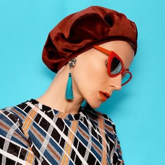 Vintage dame in modeaccessoire baret en bril. oorbellen. retro stijl
