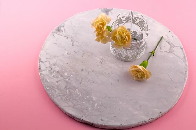 Vintage decoratieve kooi met bloemen roze achtergrond