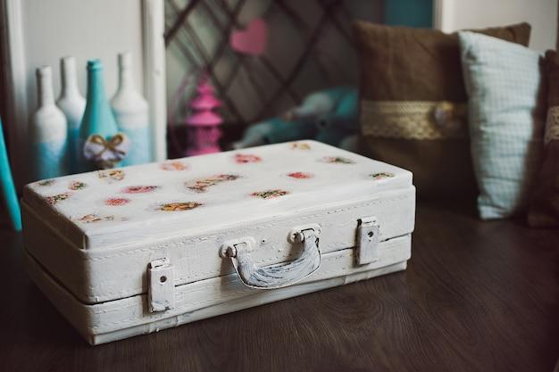 Vintage decoratieve witte koffer