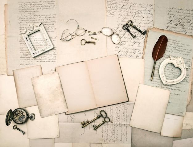 Vintage dingen, oude brieven en fotolijsten