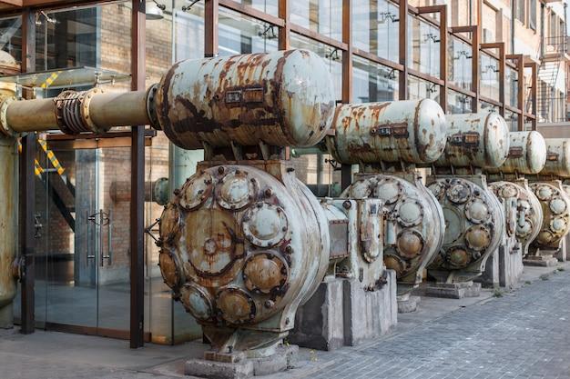Vintage fabriek met metalen machines