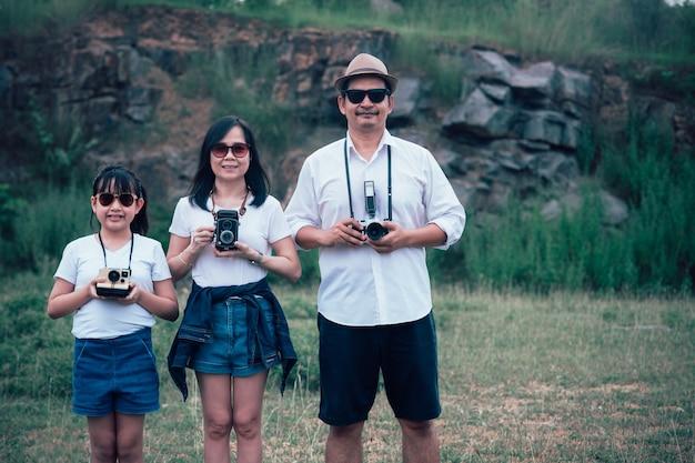 Vintage familie van fotografen maakt graag foto's met de filmcamera