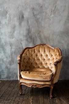 Vintage fauteuil in leeg interieur
