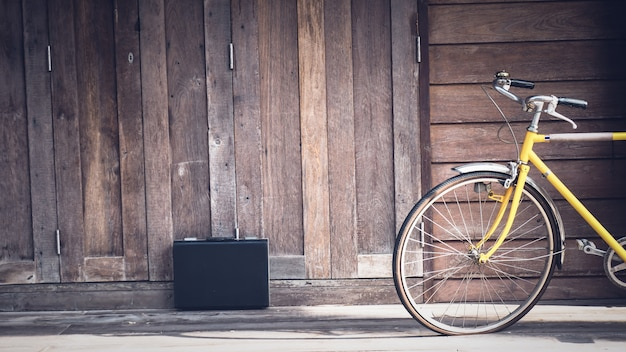 Vintage fiets houten muur.