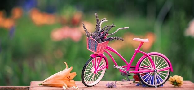 Vintage fiets met bloemen, zomers tafereel met getinte foto. zomer tafereel.