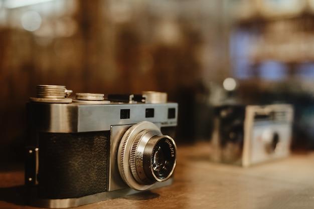 Vintage filmcamera, verzamelobjecten. retro fotografie-apparatuur. vintage kleurtoon.
