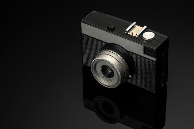 Vintage fotocamera op zwart glas.