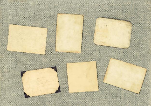 Vintage fotolijsten over textiel achtergrond. verouderde vellen papier. getinte foto in retrostijl