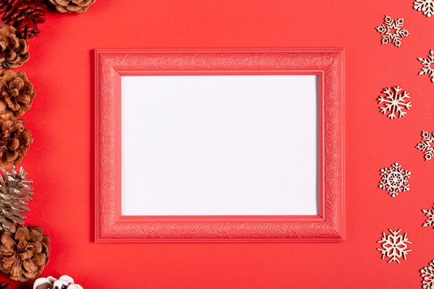 Vintage frame en sneeuwvlokken op rode tafel