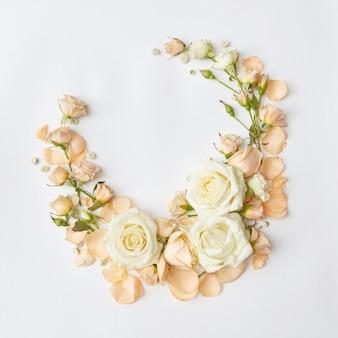 Vintage frame met beige rozen geïsoleerd op een witte achtergrond, wenskaart, plat leggen