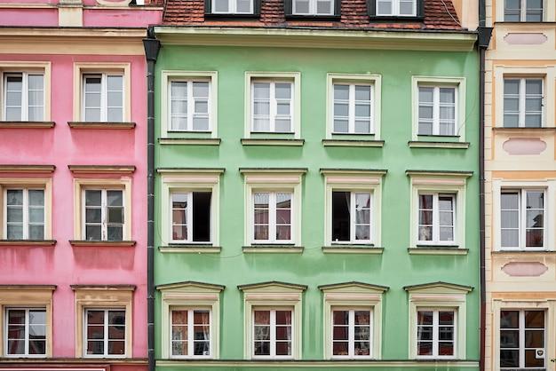 Vintage gebouw gevel met ramen