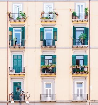 Vintage gebouw gevel muur. ramen en deuren op gekleurde muur. vastgoedconcept