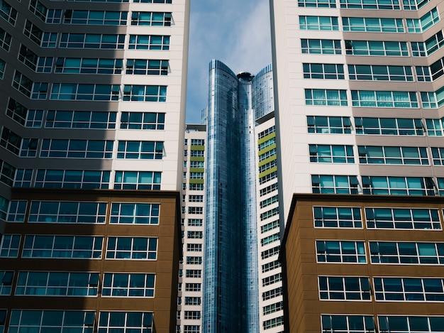 Vintage gebouwen en wolkenkrabbers architectuur in de grote stad