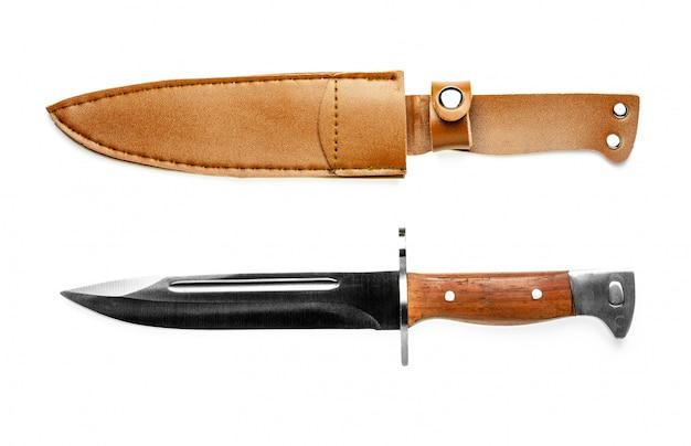 Vintage gevechts mes bajonet en bruin lederen schede op wit wordt geïsoleerd.