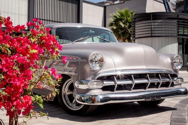 Vintage grijze auto in de stad