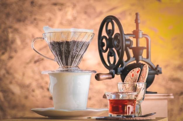 Vintage grinder met koffieboon in lokale cooffeshop