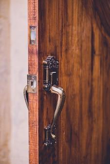 Vintage handgrepen met houten deur
