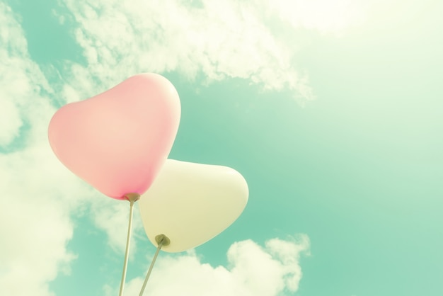 Vintage hart ballon op blauwe hemel concept van liefde in de zomer en valentijn, bruiloft huwelijksreis