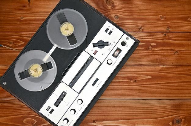 Vintage haspel om bandrecorder op een bruine houten te spoelen