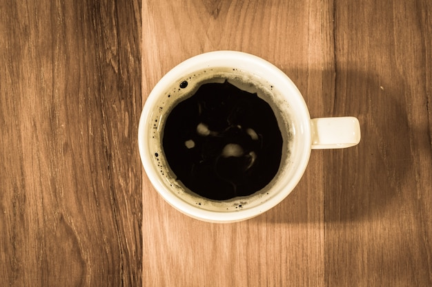 Vintage hete zwarte koffie op tafel