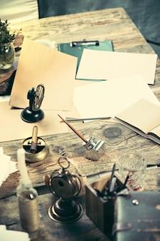 Vintage hipster houten bureaublad bovenaanzicht