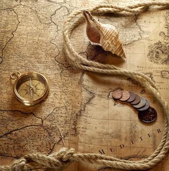 Vintage horloge ketting op oude wereldkaart