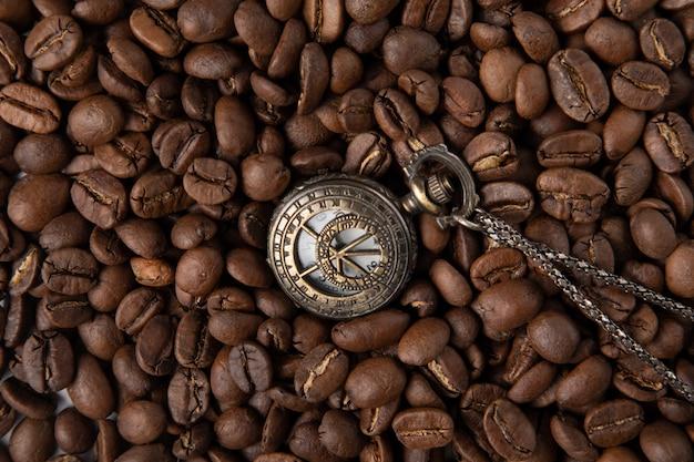 Vintage horloge met koffie