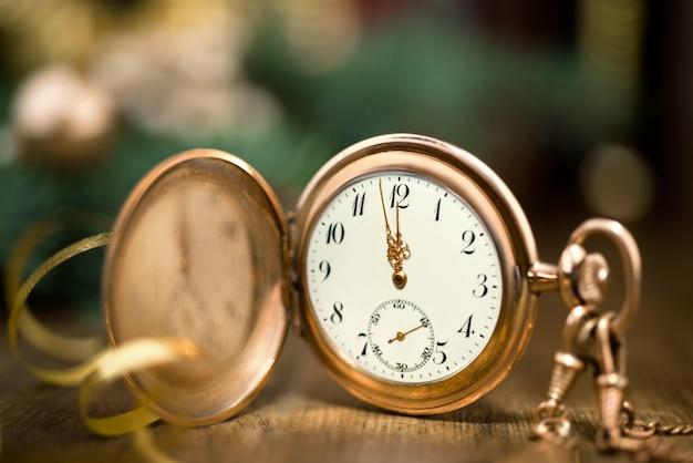 Vintage horloge met vijf tot middernacht