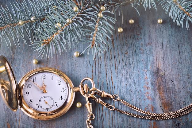 Vintage horloge met vijf voor twaalf