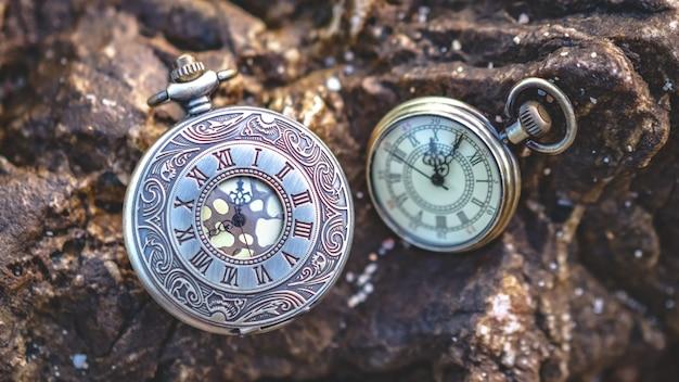 Vintage horloge op steen